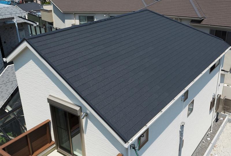 どんな外観の住まいにも馴染む、横一文字葺きデザイン。 アクリルコート+無機2層で、経年による屋根の変色を抑制。