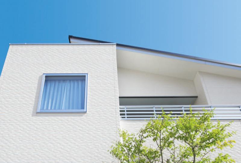 優れたUVカット機能をもったセラミックコートは、紫外線から着色層を守り、長期間、外壁の色あせ・日焼けを抑えます。再塗装の必要性が少ない分、メンテナンス費用を軽減できます。